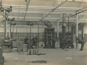 Pressing the copper band on each shell, June 1916 (TWAM ref. 1027/271)