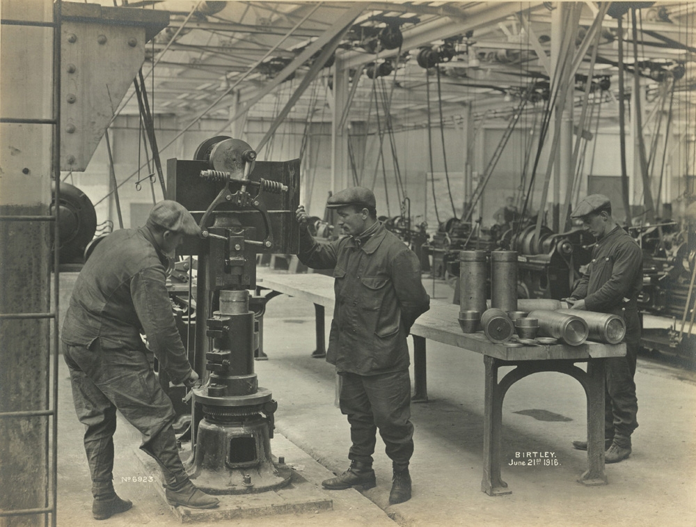 Riveting the base plate of a shell, June 1916 (TWAM ref.1027/271)