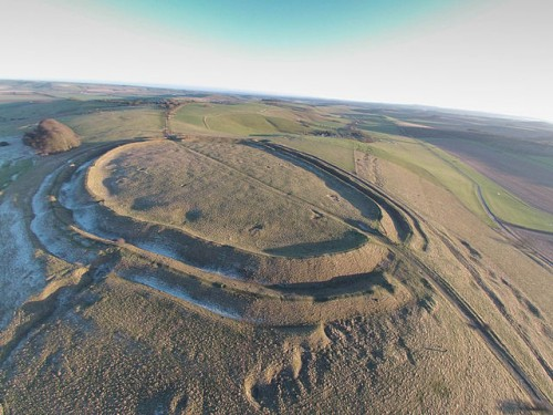 Barbury Hill Iron Age Fort, Wiltshire. Photo by Geotrekker72 (Own work) [CC BY-SA 4.0 (https://creativecommons.org/licenses/by-sa/4.0)], via Wikimedia Commons