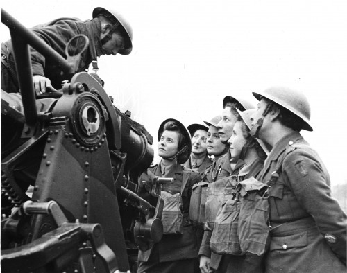 ATS girls preparing to work with AA Guns, 1941 [LD & NH Regimental History collection]